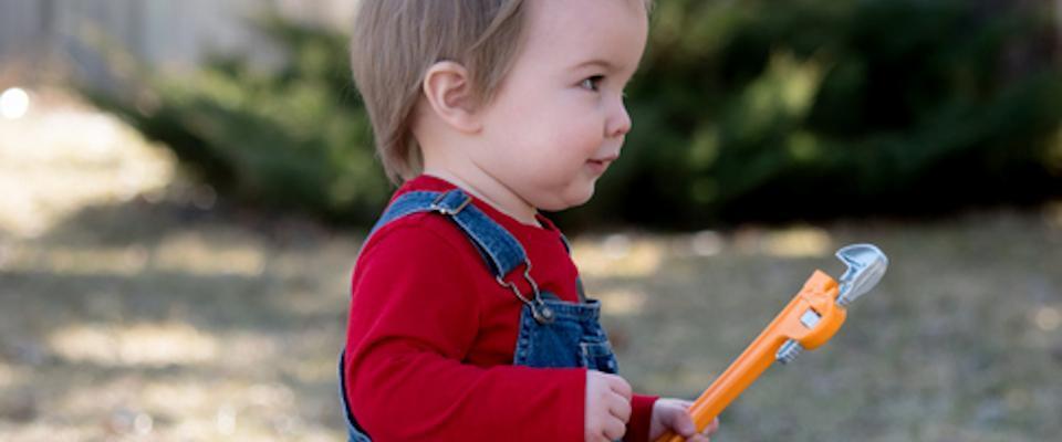 dziecko trzymające klucz hydrauliczny